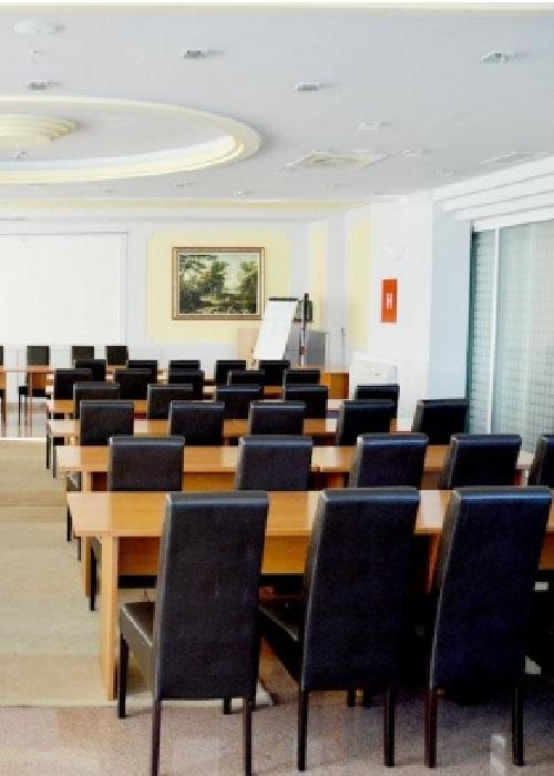 Как оснащать залы совещаний и переговорные комнаты в отеле?